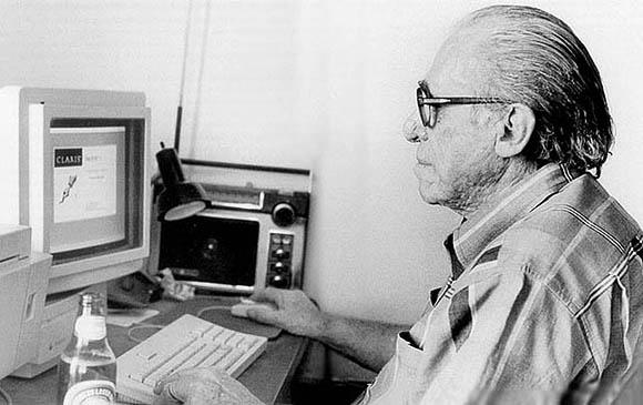 Charles Bukowski al lavoro al suo fido Mac